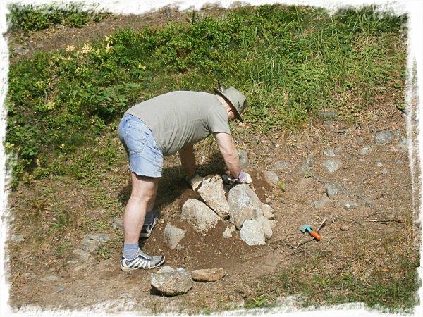 Mystisk man bygger mystisk stenhög