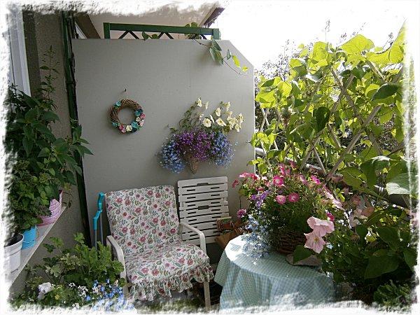 Massiv vägg av rosenbönor till höger