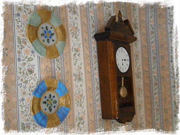 Prydnadstallrikar och klocka