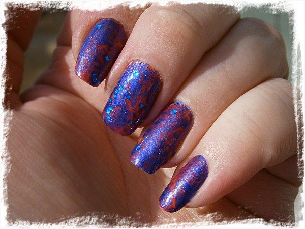 Plastpåsemarmorerad nailart i blått och orange - i solsken
