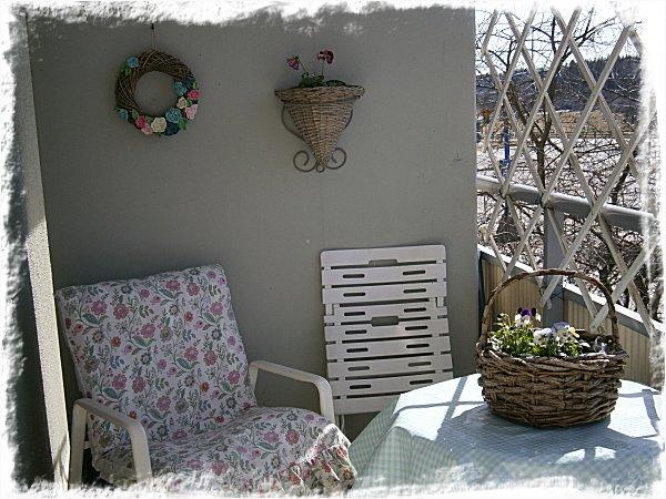 Första vårblommorna på balkongen