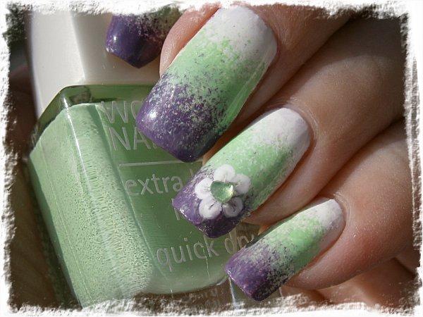 Trippelgradient i vitt-grönt-lila